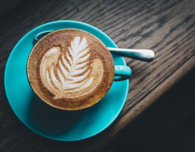 cappuccino co lop bot sua bong benh hon latte