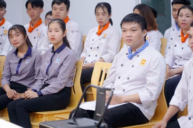 Học viên chăm chú lắng nghe